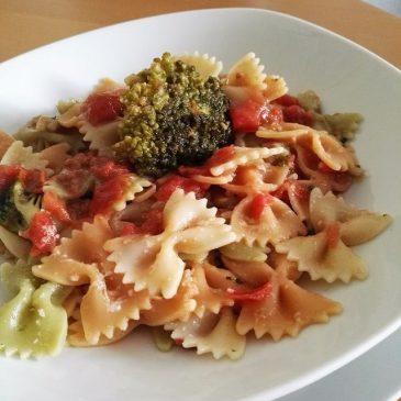 FARFALLE ANCHOAS Y BROCOLI Unos Farfalle tricolor y Salsa rápida de Tomates frescos, Anchoas y Brócoli.